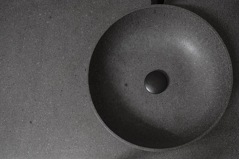 Per una maggiore protezione della pietra a contatto con l'acqua, la vasca interna può essere sottoposta ad un'ulteriore trattamento che, mantenendo inalterata la struttura della pietra, la rende al contempo idrorepellente