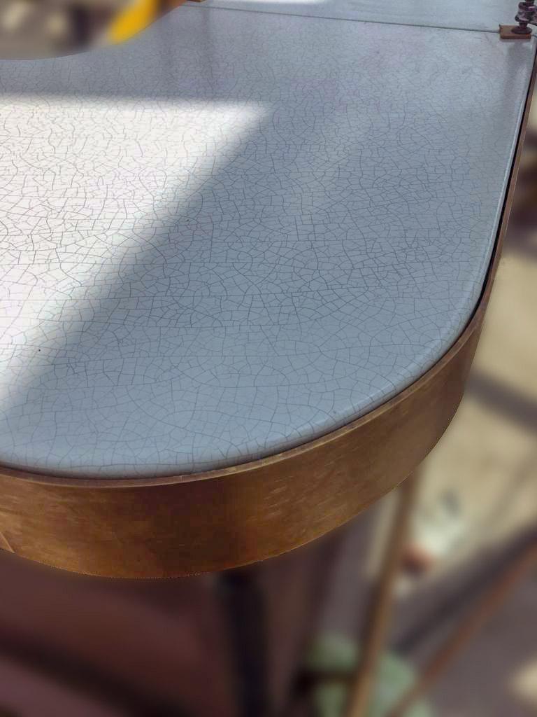 Il dettaglio delcraquelé, una classica finitura applicabile alla pietra lavica ceramizzata